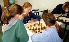 Élèves jouant aux échecs