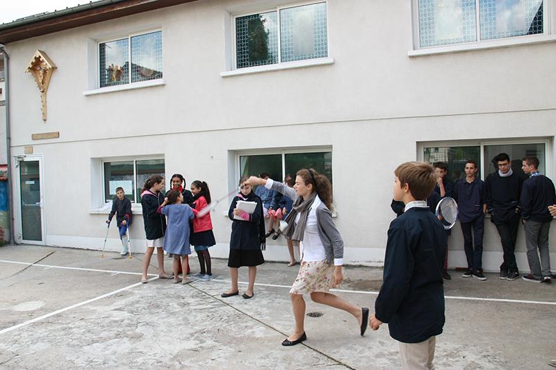 Collège catholique privé Paris : élèves jouant