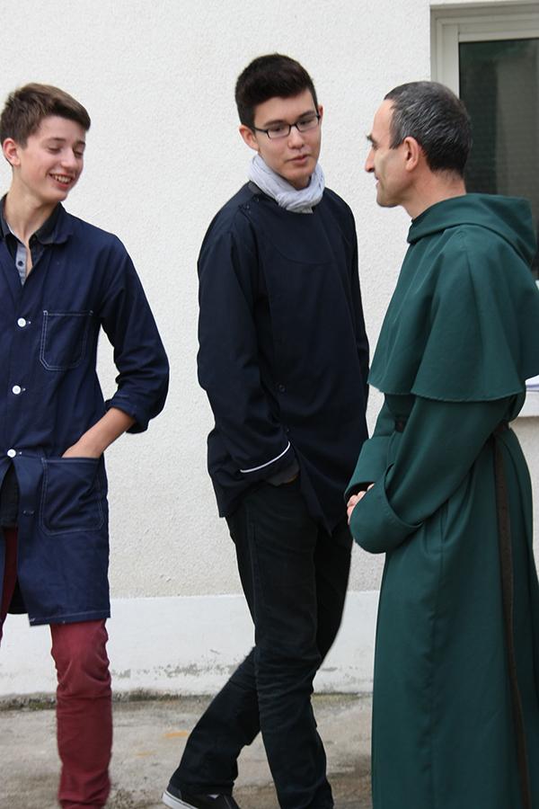 Collège privé Paris : L'abbé Rineau avec deux élèves